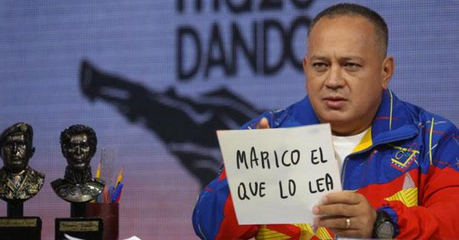 """Diosdado sostiene cartel que dice """"Marico el que lo lea"""" por dos horas en su programa"""