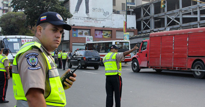 Policía no logra matraquear a conductor y descubre que tampoco sabe hacer una multa