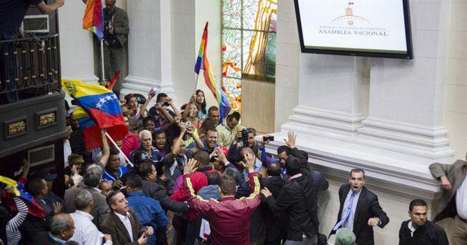 Grupo pacífico toma sesión golpista de la AN que pretende elecciones golpistas ¿ya va, qué?