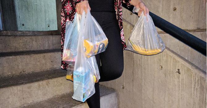 Bolsero motivador mete un producto por bolsa para hacer sentir mejor al comprador