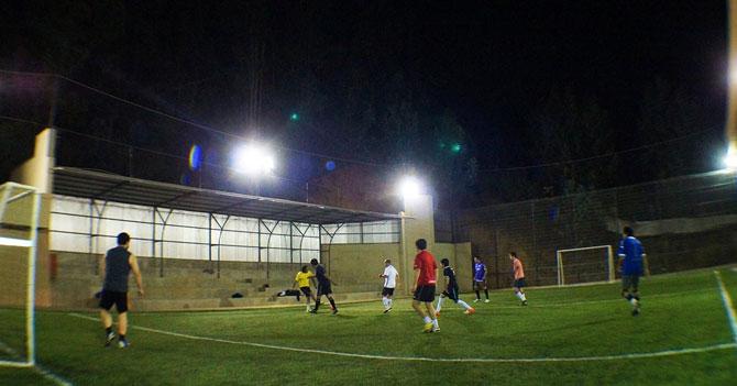 Amigos treintones gordos siguen creyendo que partida de futbolito parece un Barca-Madrid