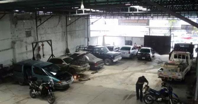 Mecánico emprendedor aprovecha falta de repuestos y convierte taller en estacionamiento