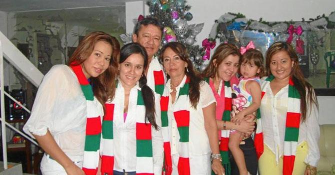 Familia celebra no haber quitado la Navidad el año pasado