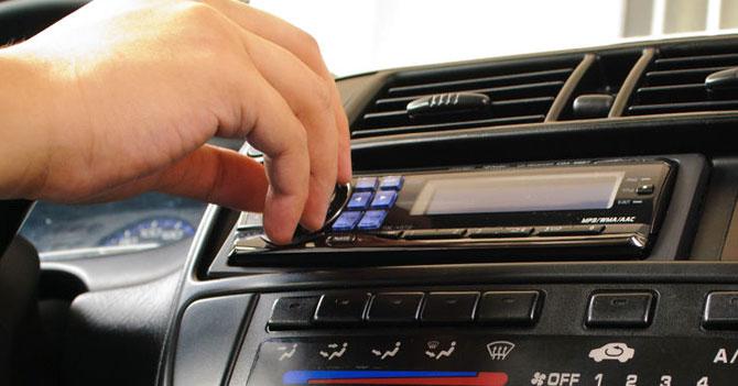 Joven sube volumen de la música en el carro para ignorar ruido que no podrá reparar