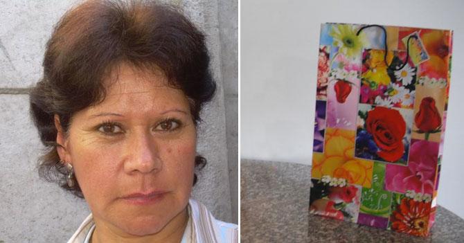 Madre cumple 23 años reutilizando la misma bolsa de regalo
