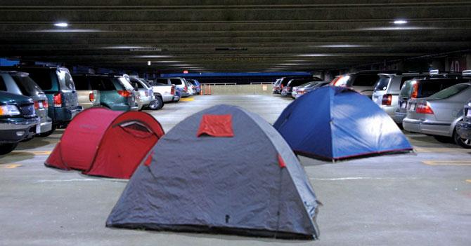 Por falta de efectivo, personas forman comuna dentro de estacionamiento