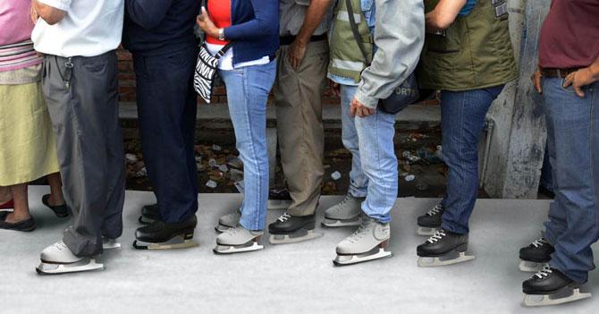 Para aumentar espíritu navideño, Gobierno obliga a hacer colas en patines