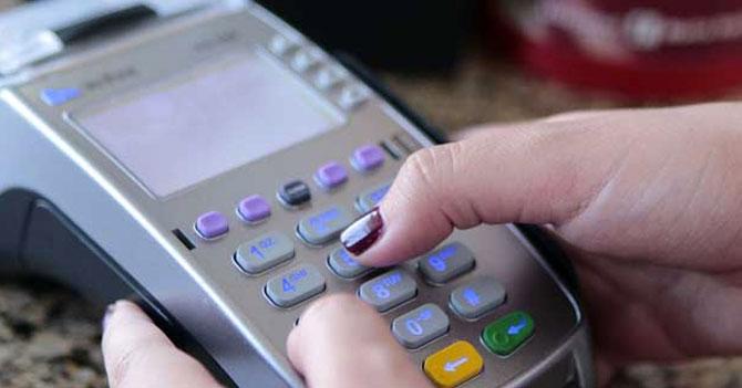 Empanada sube de Bs. 2500 a 13000 mientras joven espera que su tarjeta pase por punto de venta