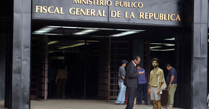 Portero de ministerio prohíbe entrada a joven en short porque deshonra corrupción del lugar