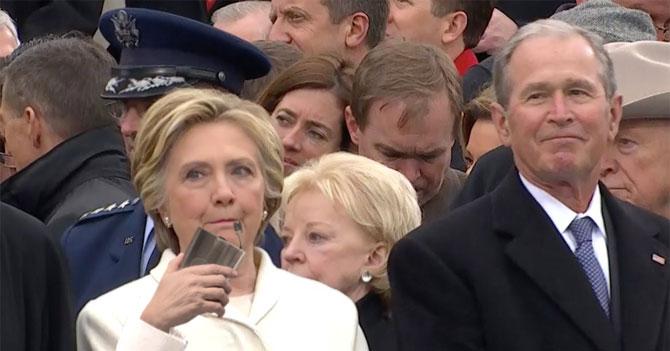Hillary saca carterita sin que nadie se de cuenta