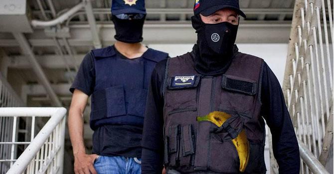 Para evitar robo de armamento policías salen a la calle con un plátano