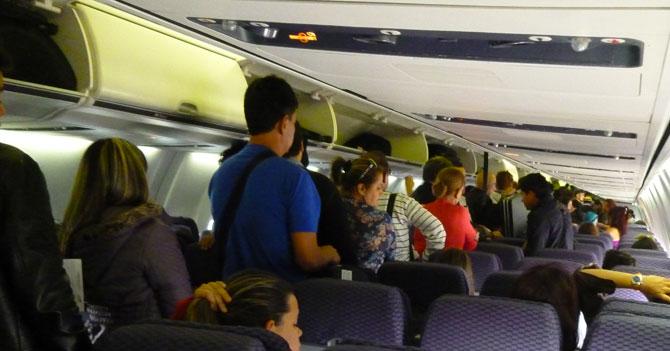 Bebé que llora apenas despega avión de Madrid logra que pasajeros quieran llegar a Venezuela