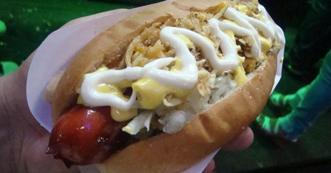 Perrero gourmet regaña a cliente que le echó salsa de ajo a su perro con todo