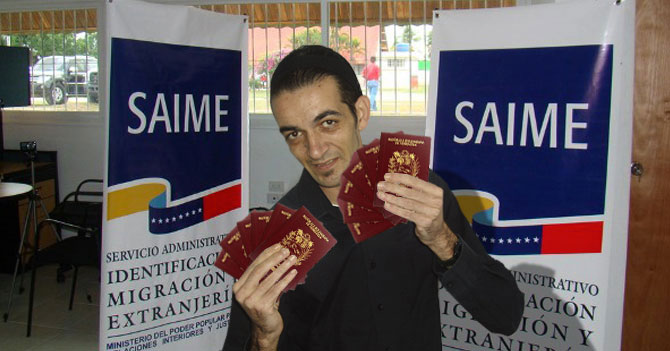 SAIME presenta nuevo mago que aparece material para pasaporte tras recibir billete de 100$