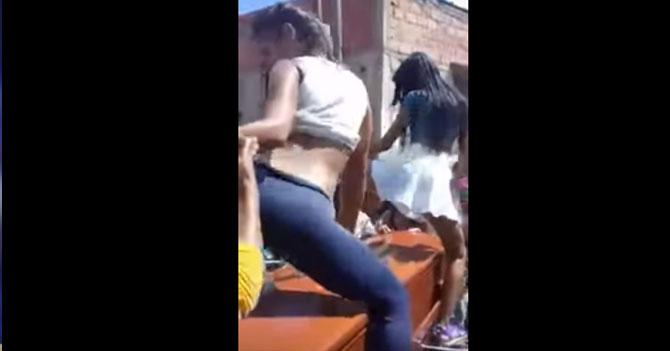 Venezuela gana mundial femenino de bailes encima de ataúdes