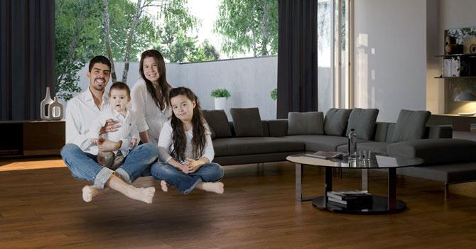 Familia aprende a levitar para no rayar el piso de parquet