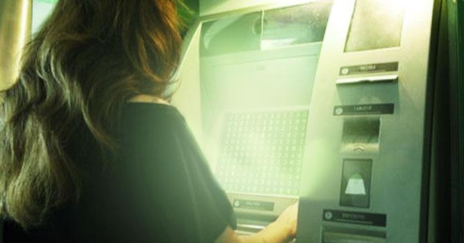 Señora presiona todos los botones al final de una transacción en el cajero y abre portal a la Matrix