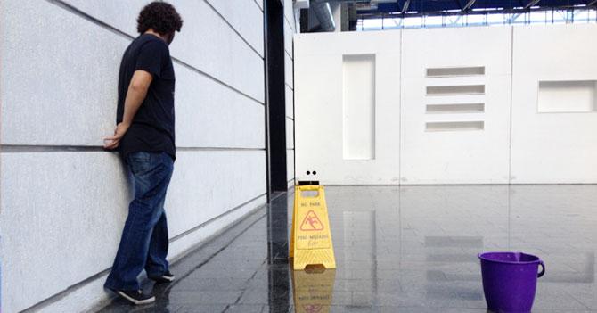 Joven sigue creyendo que lado de piso coleteado no está mojado