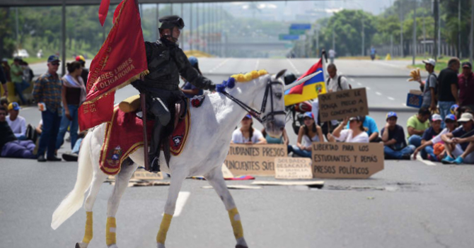 Último militar institucional y su unicornio se suman a protesta opositora