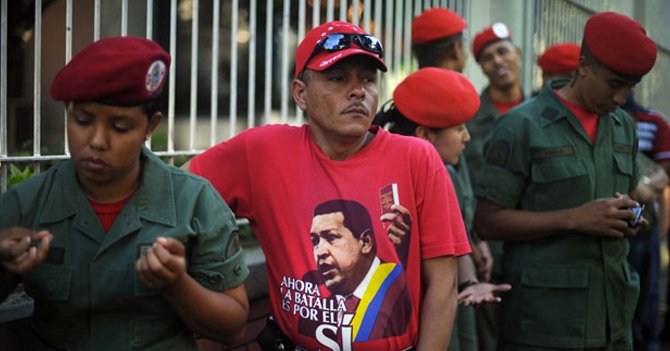 Chavista indignado con protesta porque no lo deja ir a hacer la cola del pollo
