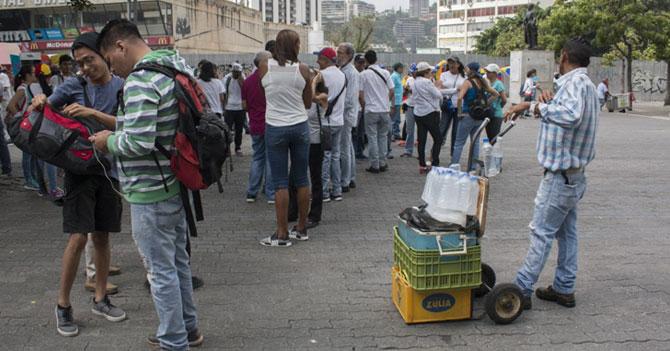 Opositor que pide que se regule el precio del agua en las marchas no ha entendido nada
