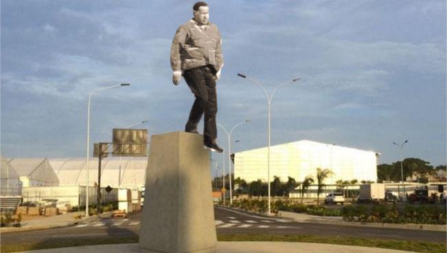 Estatua de Chávez se baja sola antes que la tumben