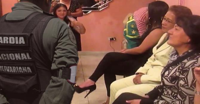 Stripper arruina despedida de solteras al aparecerse vestido de Guardia Nacional