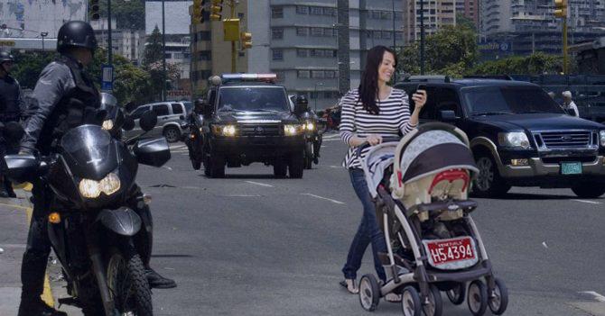 Escoltas trancan tráfico para que pase bebé en coche con placa diplomática