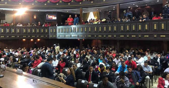 Chavismo se pasa el poder absoluto de una mano a la otra