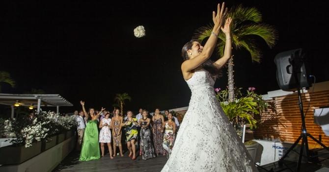Lanzamiento de ramo en boda deja saldo de 15 solteronas heridas