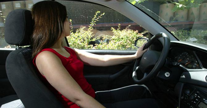 """""""¡Mujer tenía que ser!"""" dice mujer al ver a otra mujer estacionando"""