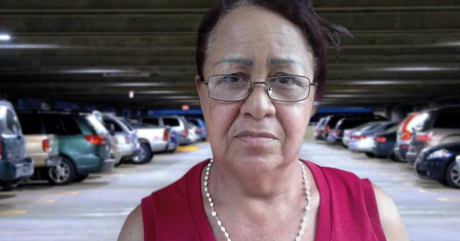 Señora pregunta dónde Lilian sacó efectivo porque ella tiene que pagar el estacionamiento