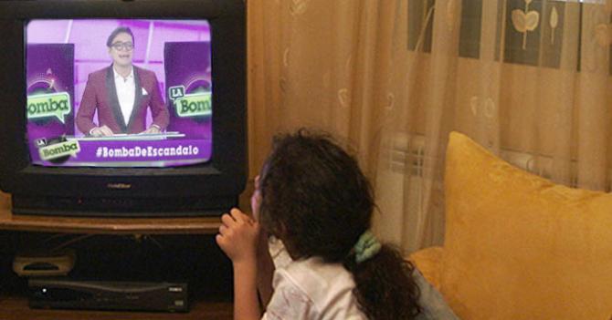 Crisis económica obliga a padres a educar a sus hijos con La Bomba