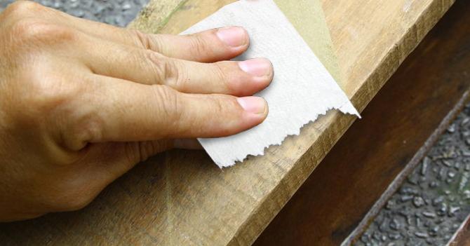 Carpintero utiliza papel higiénico venezolano para lijar madera