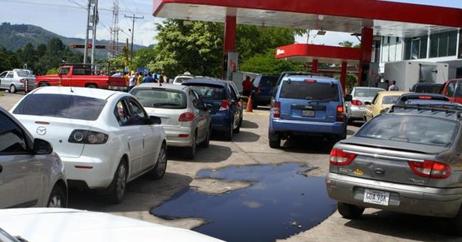 Táchira: Hombre se convierte en petróleo después de millones de años en cola por gasolina