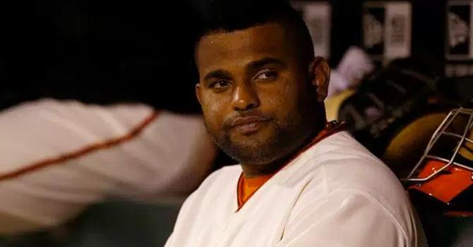 Beisbolista flojo no entiende por qué si la saca de home run tiene que correr por las bases