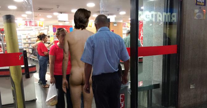 Vigilante de supermercado pide a clientes desnudarse, agacharse y toser