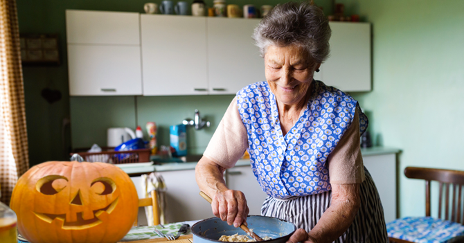 """Abuela prepara chucherías para """"Jalogüer"""""""