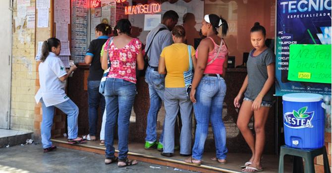 Señor confunde cola de elecciones por cola de animalitos y vota por la iguana
