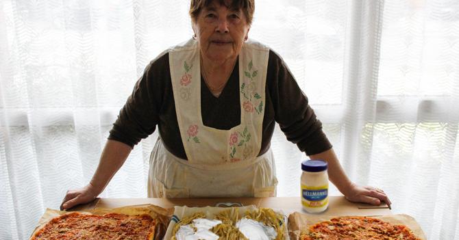 Nonna despechada por la eliminación de Italia al Mundial le echa mayonesa a su pasta