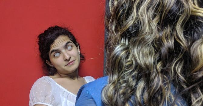 Adolescente rompe récord al lograr voltearle los ojos completamente a su madre