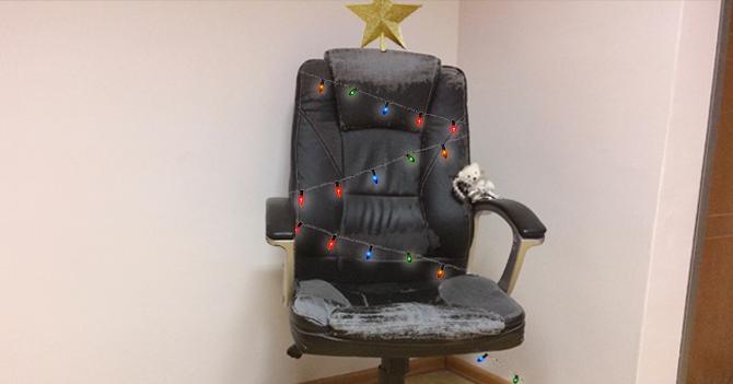 Costo de árbol navideño hace que familia decore silla de computadora