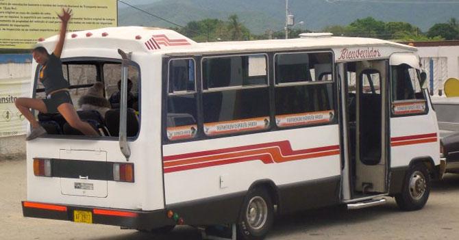 Autobús quita parte de atrás para que pasajeros se lancen al ver subir a tipo raro