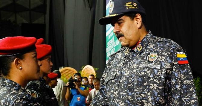 Escasez de refresco hace que Maduro se disfrace de policía para conseguirlo