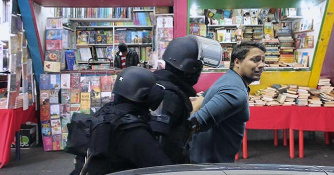 Hombre saquea librería, lee lo robado y se entrega a la policía explicándoles la influencia que tuvo el marxismo manchesteriano en la Sociología del siglo XX