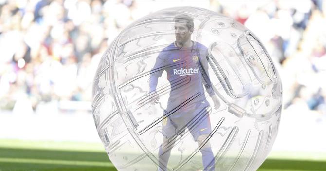 Para llegar sano al Mundial, Messi comienza a jugar en el Barcelona dentro de bola de hamster