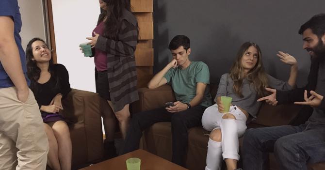 DESGARRADOR: Joven se queda sin megas en reunión de amigos de su novia