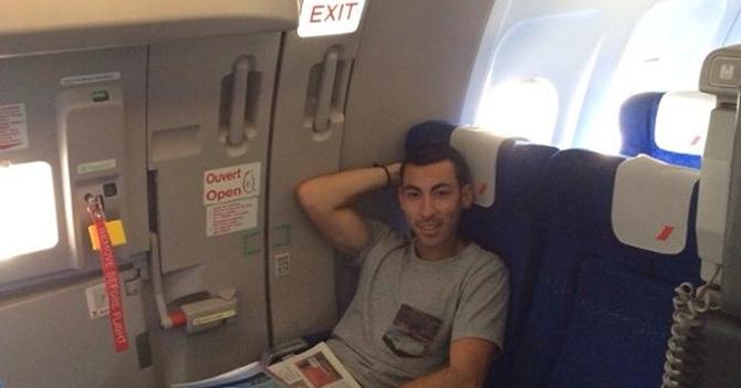 Joven sentado en salida de emergencia del avión ya sabe cómo escapar y dejar morir a todos