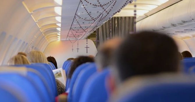 Aerolínea venezolana informa a pasajeros que en caso de emergencia caerán rosarios en sus asientos