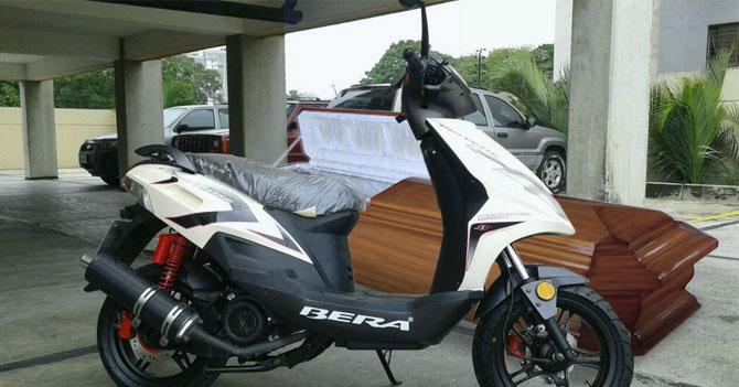 Joven compra moto y ataúd a la vez y deja a madre sin argumentos para regañarlo